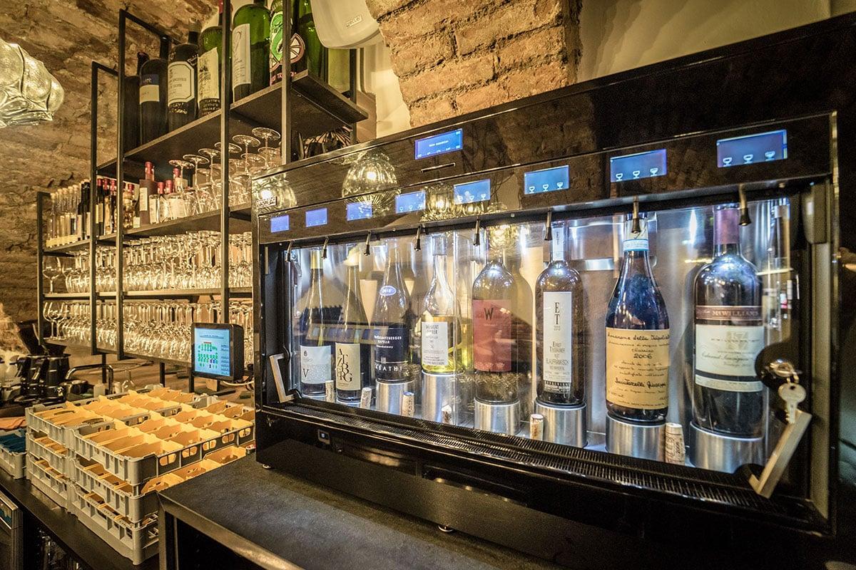 Weinbar mit regionalen Weinen
