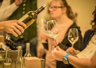 Lageweinverkostung Wein einschenken