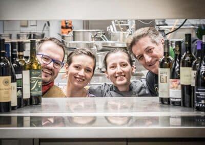 Familie Hack in der Küche des goldenen Adler